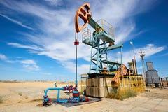 Pumpjack Pumpjack привод overground для reciprocating насоса поршеня в нефтяной скважине Стоковое фото RF