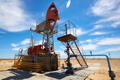 Pumpjack Pumpjack привод overground для reciprocating насоса поршеня в нефтяной скважине Стоковое Изображение RF