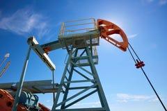 Pumpjack Pumpjack привод overground для reciprocating насоса поршеня в нефтяной скважине Стоковые Изображения RF