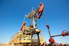 Pumpjack Pumpjack привод overground для reciprocating насоса поршеня в нефтяной скважине Стоковые Фото