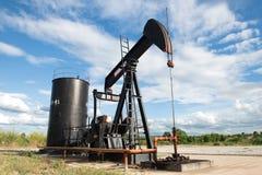 Pumpjack, das Rohöl pumpt Stockfotos