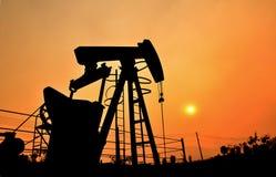 Pumpjack die ruwe olie van oliebron pompen Royalty-vrije Stock Foto's