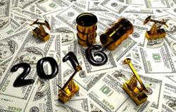 Pumpjack dourado e óleo derramado no dinheiro Fotos de Stock Royalty Free