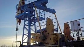 Pumpjack em um poço de petróleo na floresta do inverno no dia, extração do petróleo em países do norte video estoque