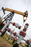 Pumpjack en oliebron. royalty-vrije stock afbeelding