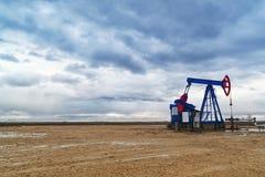 Pumpjack olje- pump Arkivfoton