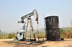 Pumpjack pompant le pétrole brut du puits de pétrole images libres de droits
