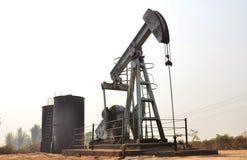Pumpjack que bombea el petróleo crudo del pozo de petróleo Foto de archivo