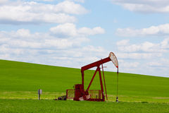 Pumpjack rouge Images libres de droits