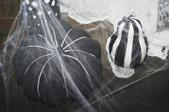pumpkie的图片与spiderweb的 日历概念日期冷面万圣节愉快的藏品微型收割机说大镰刀身分 免版税库存照片