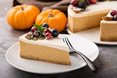 Pumpkin cheesecake with sour cream topping Royalty Free Stock Photos