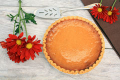 Pumpkin pie next to and pie cutter Royalty Free Stock Photography