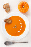 Pumpkin soup with croutons and pumpkin seeds Royalty Free Stock Photos