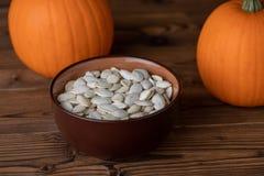 Pumpkina и семена на древесине Стоковые Изображения