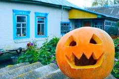 Pumpking è pronto per Halloween sui precedenti rurali della casa Immagini Stock Libere da Diritti