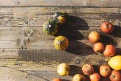 Pumpking και μήλο στον ξύλινο πίνακα Στοκ φωτογραφία με δικαίωμα ελεύθερης χρήσης