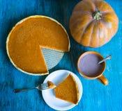 Pumpkingspastei op blauw houten bureau braadstuk Turkije met groente en wijnglas De herfst stock fotografie