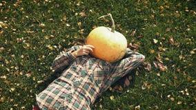Pumpkinhead, das auf Rasen liegt stock video footage