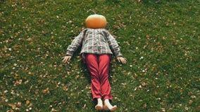 Pumpkinhead, das auf Rasen liegt stock video