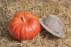 Pumpkinn牛仔帽在一个老谷仓 免版税库存照片