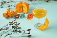 Pumpkintini pumpamartini coctail med den salta kanten för svart för nedgång och halloween festar Arkivfoton