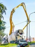 Pumplastbil på arbete arkivfoton