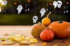 Pumpor med höstsidor och den halloween girlanden Arkivbilder