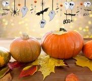 Pumpor med höstsidor och den halloween girlanden Royaltyfria Foton