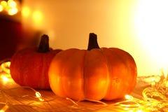 Pumpor och ljus dekorerar den halloween dagen Royaltyfria Foton