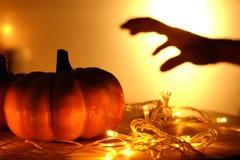 Pumpor och ljus dekorerar den halloween dagen Royaltyfri Bild