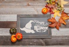 Pumpor och nedgångsidor på träbakgrund halloween isolerad white för höst begrepp Royaltyfri Bild