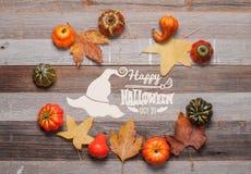 Pumpor och nedgångsidor på träbakgrund halloween isolerad white för höst begrepp Arkivfoto