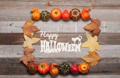 Pumpor och nedgångsidor på träbakgrund halloween isolerad white för höst begrepp Arkivfoton