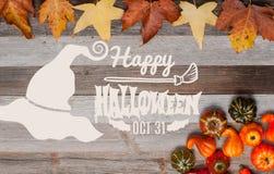 Pumpor och nedgångsidor på träbakgrund halloween isolerad white för höst begrepp Arkivbild