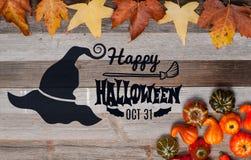 Pumpor och nedgångsidor på träbakgrund halloween isolerad white för höst begrepp Royaltyfri Fotografi