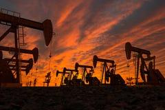 Pumpstålar i en oljefält Arkivfoto