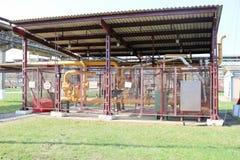 Pumpstation im Freien gelegen auf der Straße mit Kreiselpumpen hinter der Metallmasche in der Erdölraffinerie, petrochemi lizenzfreie stockfotos