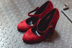 Pumpt rotes Gämsenleder der Damen Schuhe auf einem Metallhintergrund, Abschluss oben Stockfotos