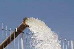 Pumpvatten fyller in behållaren Arkivfoton