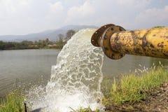 Pumpvatten fyller in behållaren, lagring för torka Arkivfoton