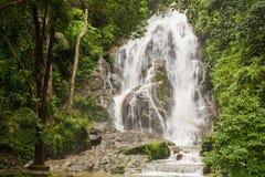 Pun Ya Ban Waterfall på den Lamnam Kra Buri nationalparken i Ranong, Royaltyfri Bild