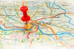 Punaise coincée sur une carte Image stock