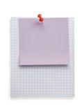 Punaise et papier de note sur le blanc Image stock