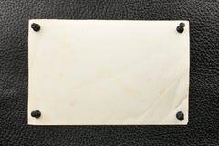 Punaise goupillée vieux par papier au cuir naturel Images stock