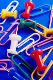 Punaises et trombones colorés Photographie stock