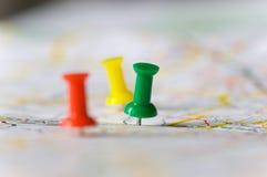 Punaises sur une carte Image stock