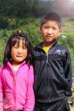 Punakha,不丹- 2016年9月12日:两不丹人兄弟姐妹的画象站立在阳光下的 库存图片