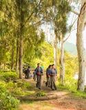 Punakha, Bhután - 10 de septiembre de 2016: Las colegialas butanesas en su uniforme escolar en la escuela cultivan un huerto Fotografía de archivo