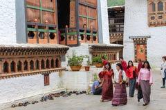 Punakha Bhutan - September 11, 2016: Bhutanesiskt folk i Chimi Lhakhang (kloster av fertilitet) i Bhutan arkivfoto