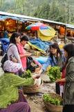 Punakha Bhutan - September 10, 2016: Bhutanesiskt folk som shoppar på en lokal gatabasar i Punakha, Bhutan Arkivfoton